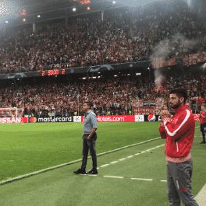 Banco de reservas do Estrela Vermelha na expectativa durante momentos finais de partida da Champions League - Reprodução/YouTube