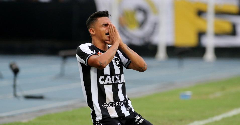 O atacante Erik lamenta chance desperdiçada pelo Botafogo diante do São Paulo