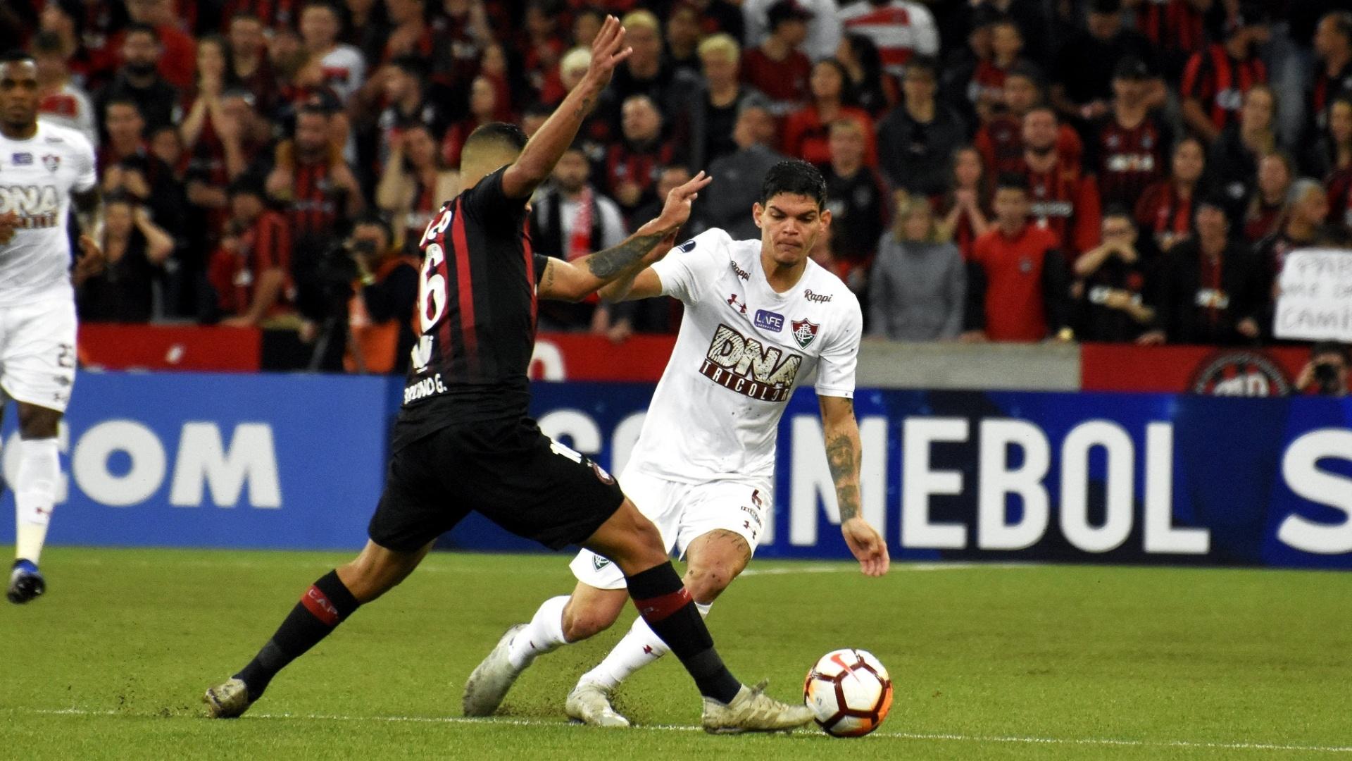 Ayrton Lucas encara a marcação de Bruno Guimarães durante Atlético-PR x Fluminense na Sul-Americana