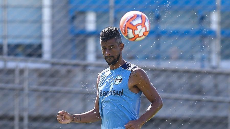 81ba27fa37 Grêmio  Léo Moura volta a sentir dores e segue como desfalque contra ...