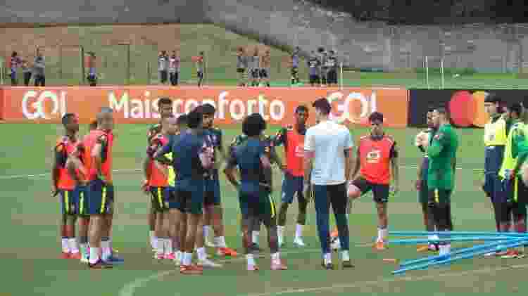 Matheus Bacchi, auxiliar de Tite, comanda treino da seleção, enquanto jogadores do Vitória observam - Gabriel Carneiro/UOL Esporte