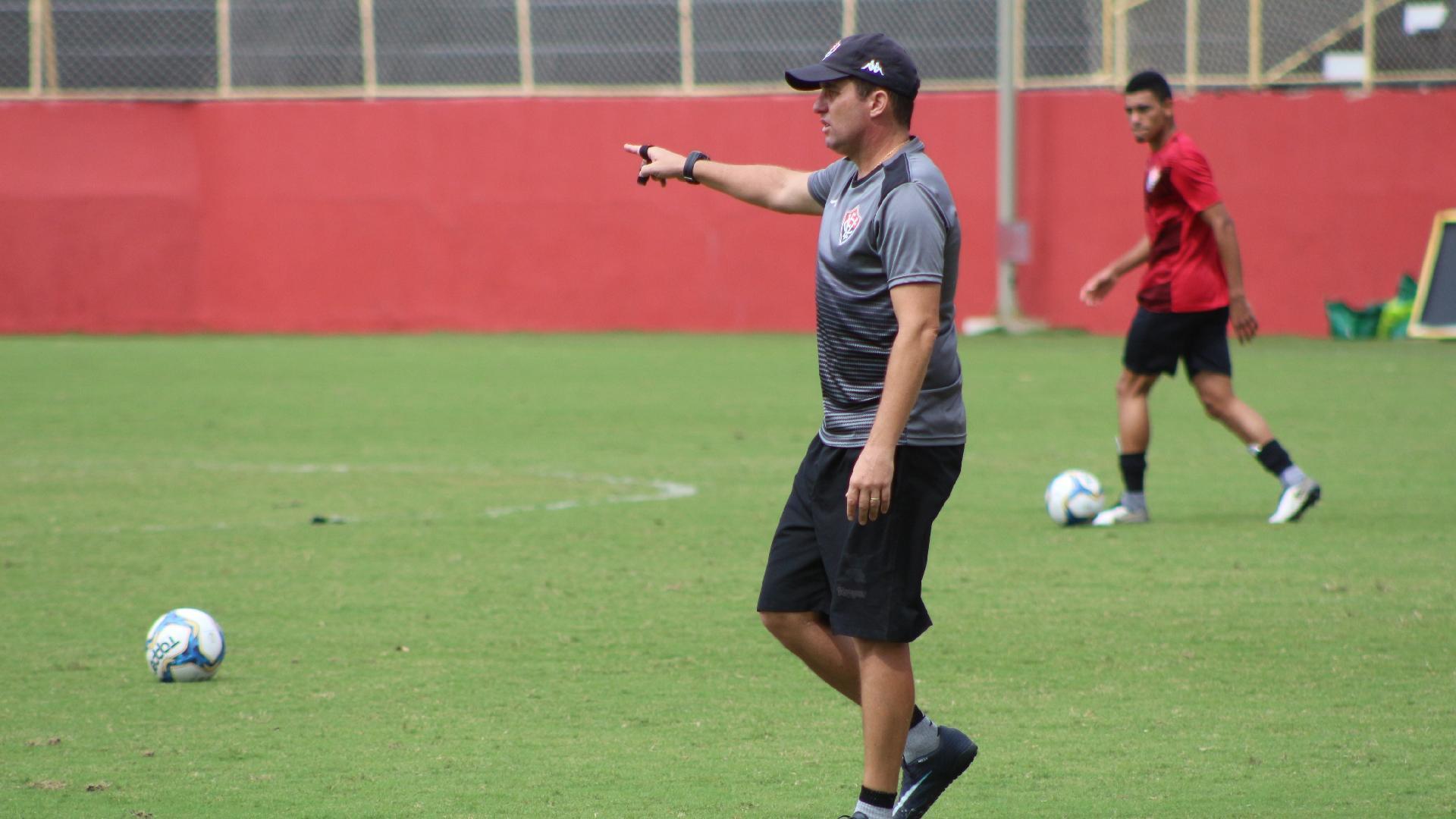 Técnico Osmar Loss durante treino do Vitória