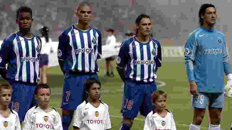 Carlos Alberto (esq) dividiu escalação com Vitor Baía (dir.) em temporada vitoriosa do Porto em 2004 - John Walton - PA Images via Getty Images
