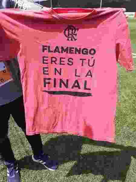 Camisa entregue pelo Flamengo para jornalistas peruanos e torcedores locais - Leo Burlá / UOL