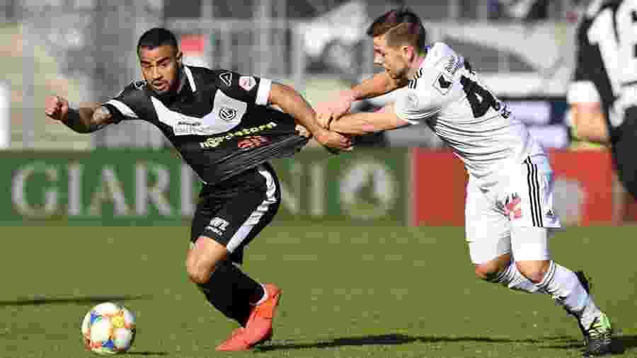 Carlinhos em ação durante jogo do FC Lugano, da Suíça - Divulgação/FC Lugano