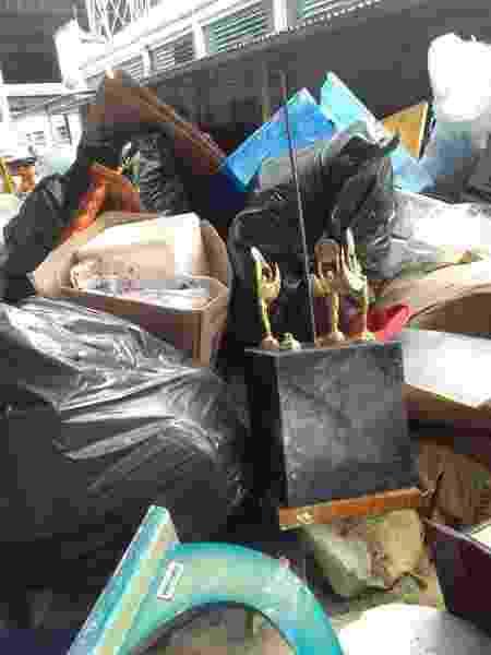Troféus jogados em caçamba de lixo do Pacaembu - Demétrio Vecchioli/UOL - Demétrio Vecchioli/UOL