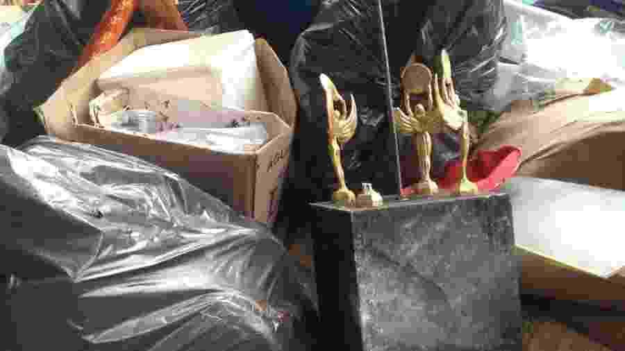 Troféus jogados em caçamba de lixo do Pacaembu - Demétrio Vecchioli/UOL