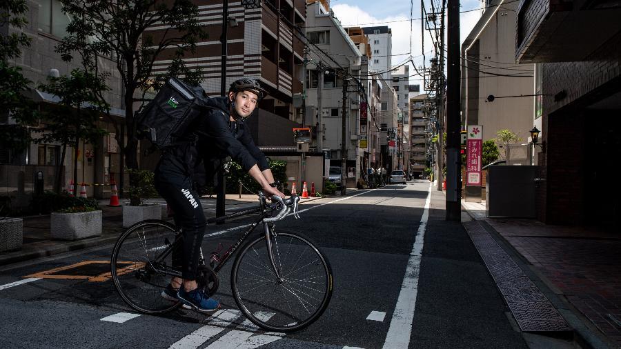 Medalhista olímpico japonês, Ryo Myiake, trabalha como entregador de comida - Philip FONG / AFP