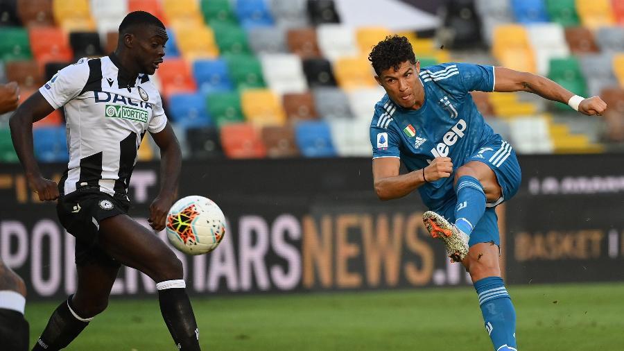 Cristiano Ronaldo arrisca chute durante partida entre Juventus e Udinese pelo Italiano - Marco Bertorello/AFP