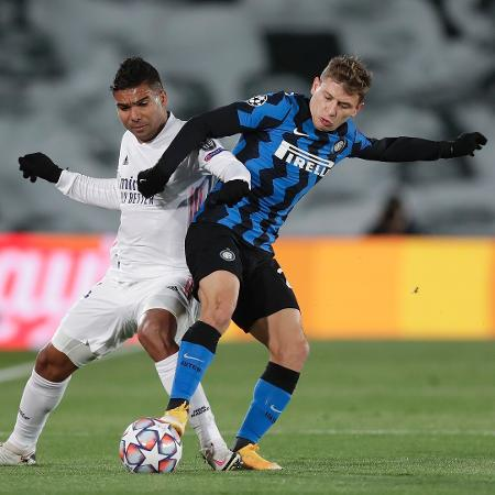 Casemiro, do Real Madrid, disputa lance com Barella, da Inter de Milão - Gonzalo Arroyo Moreno/Getty Images