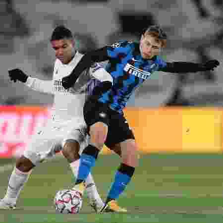 Casemiro, do Real Madrid, disputa lance com Barella, da Inter de Milão - Gonzalo Arroyo Moreno/Getty Images