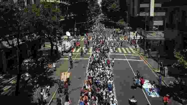 Uma fila quilométrica se formou nos arredores da Casa Rosada durante o velório de Diego Maradona - Ivan PISARENKO / AFP - Ivan PISARENKO / AFP