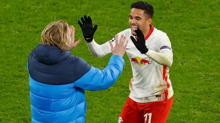 Kluivert e Forsberg comemoram a classificação do Leipzig sobre o United - ODD ANDERSEN/AFP