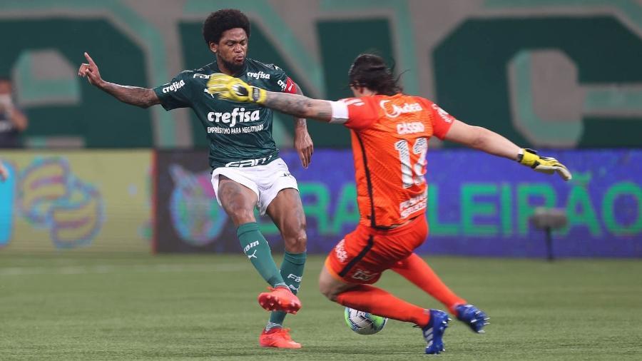 Luiz Adriano divide com Cássio no quarto gol do Palmeiras sobre o Corinthians - Cesar Greco