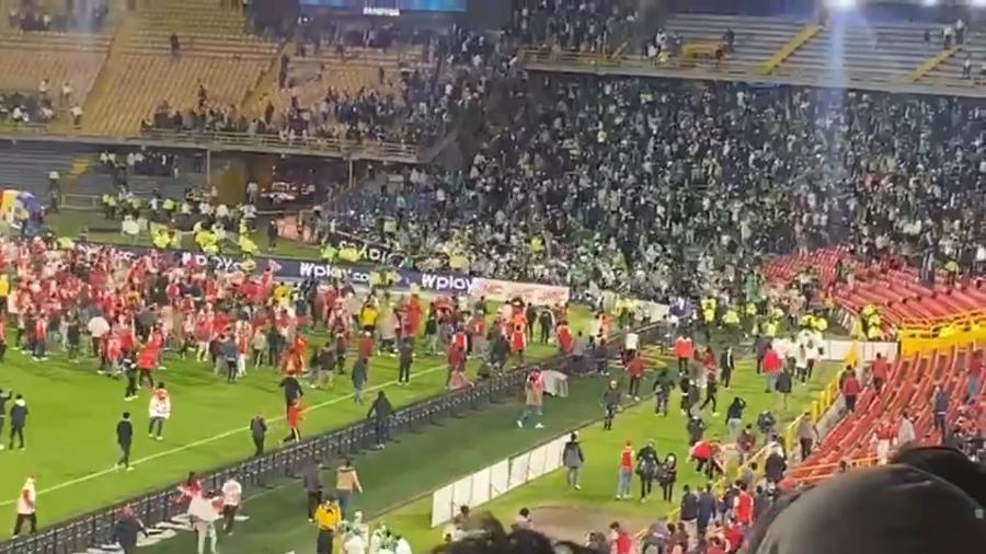 Batalha campal entre torcedores do Atlético Nacional e Santa Fe em Bogotá - Reprodução/Caracol TV