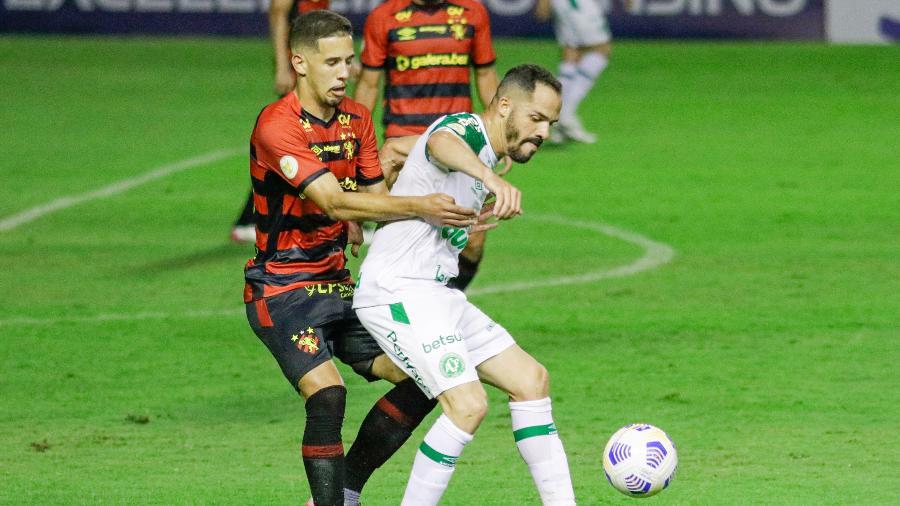 Anselmo Ramon, da Chapecoense, e Pedro Henrique, jogador do Sport, disputam lance em jogo do Brasileirão - Rafael Vieira/AGIF