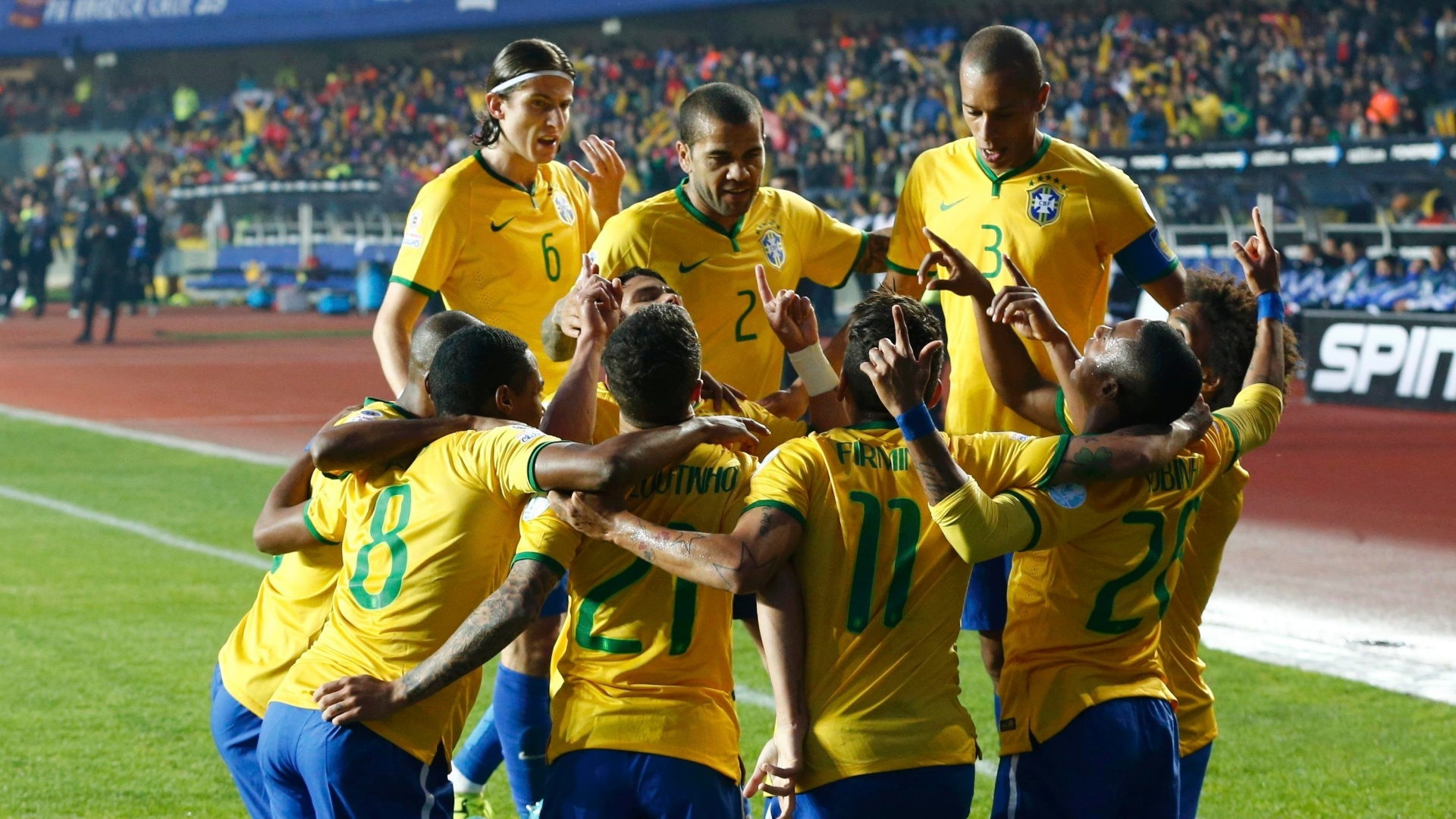 Jogadores brasileiros comemoram primeiro gol do Brasil nas quartas de final da Copa América