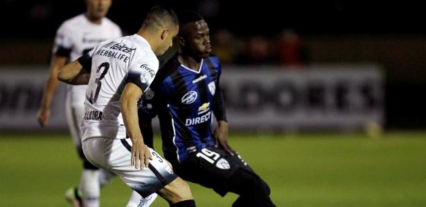 José Angulo faz jogada pelo Del Valle, contra o Pumas, na Libertadores
