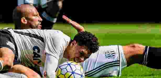 Marquinhos Gabriel faz cara de dor em disputa com o zagueiro Kadu, da Ponte - Adriano Vizoni/Folhapress - Adriano Vizoni/Folhapress