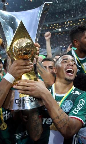 Gabriel Jesus com a taça de campeão brasileiro
