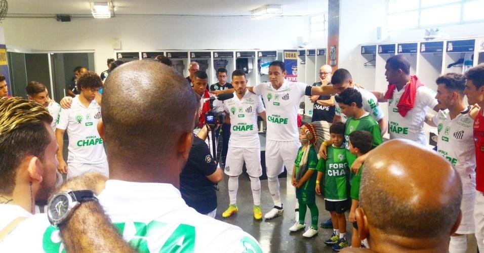 Acompanhados de mascotes da Chapecoense, jogadores do Santos se concentram no vestiário da Vila Belmiro antes de jogo contra o América-MG