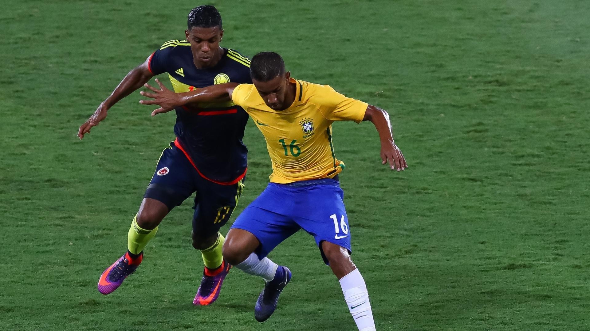 Jorge tenta conter a marcação de Berro, durante a partida entre Brasil e Colômbia