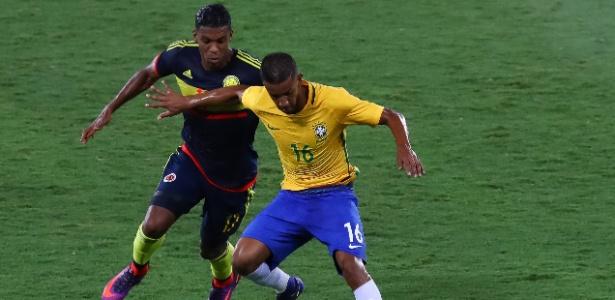 Jorge tenta conter a marcação de Berrío durante a partida entre Brasil e Colômbia
