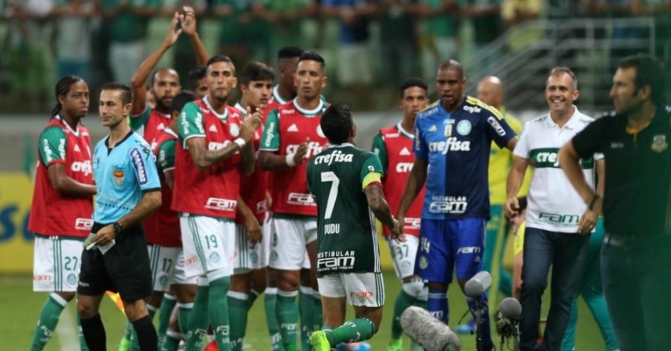 Dudu corre para abraçao o técnico Eduardo Baptista após gol marcado pelo Palmeiras