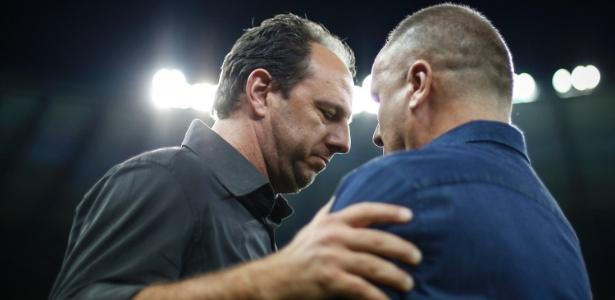 Rogério Ceni e Mano Menezes se cumprimentam ante de jogo da Copa do Brasil