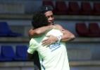 Ronaldinho acompanha treino do Barça e abraça Neymar e Messi