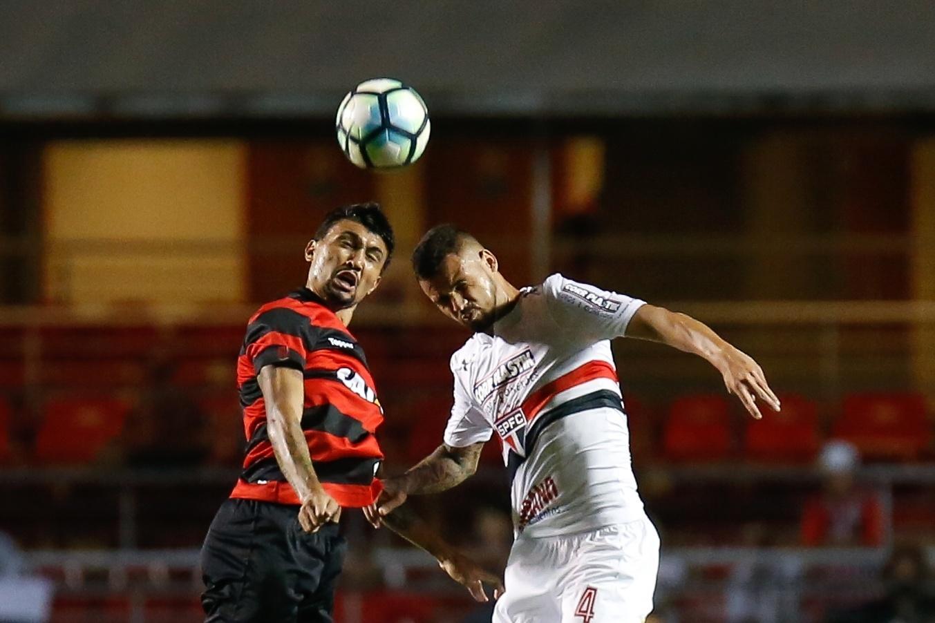 Kieza e Lucão disputam bola aérea durante São Paulo e Vitória no Morumbi