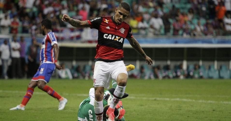Guerrero, do Flamengo, chega atrasado e goleiro Jean, do Bahia
