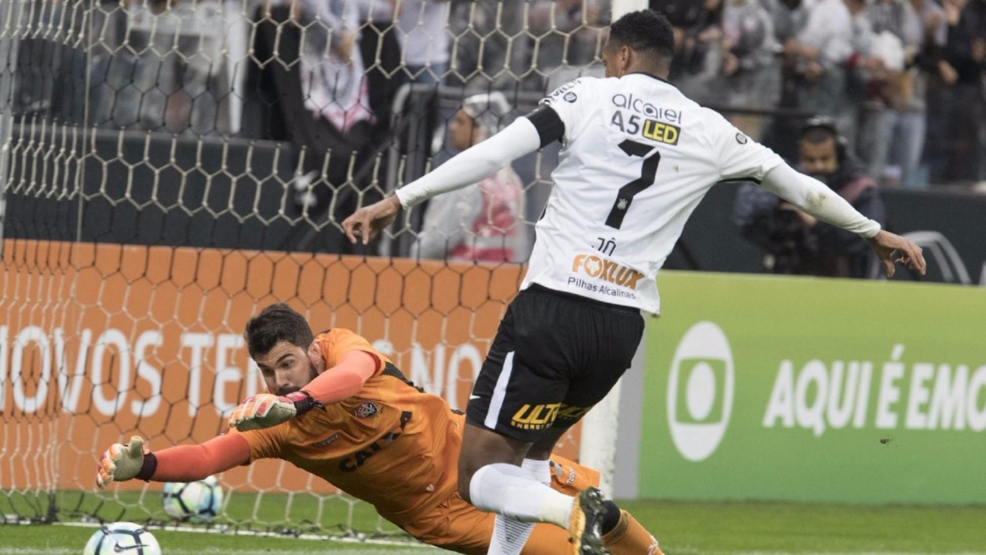 Fernando Miguel, do Vitória, para jogada de Jô, do Corinthians