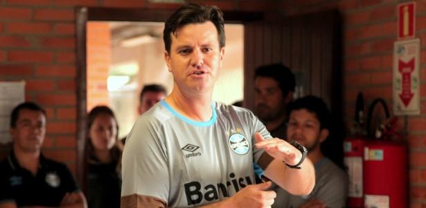César Bueno, técnico das categorias de base do Grêmio, comandará o time principal