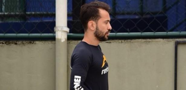 Everton Ribeiro trabalha em caixa de areia durante recesso