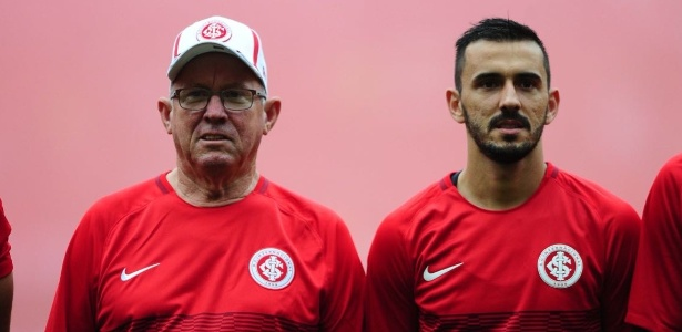 Lateral esquerdo Uendel acompanhado pelo pai, Osni, em jogo do Internacional