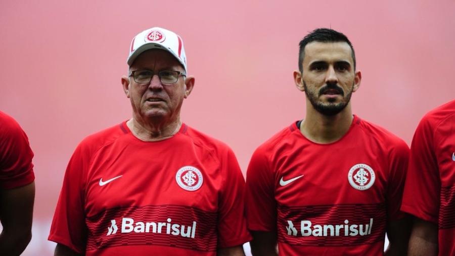 Lateral esquerdo Uendel acompanhado pelo pai, Osni, em jogo do Internacional - Ricardo Duarte/Inter