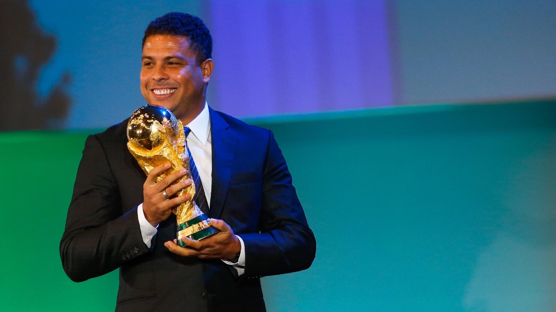 Ronaldo atuou pelo Cruzeiro por um ano e três anos com a camisa do Corinthians