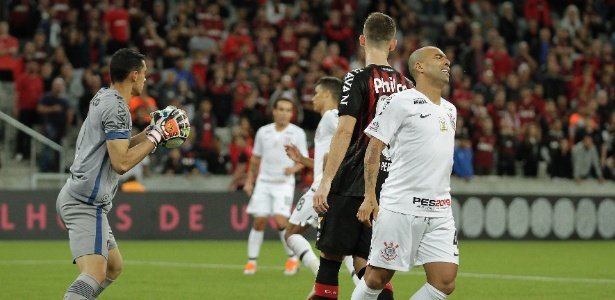 Corinthians perdeu para o Atlético-PR, mas chances de rebaixamento são de quase 0% - GUILHERME ARTIGAS/FOTOARENA/ESTADÃO CONTEÚDO