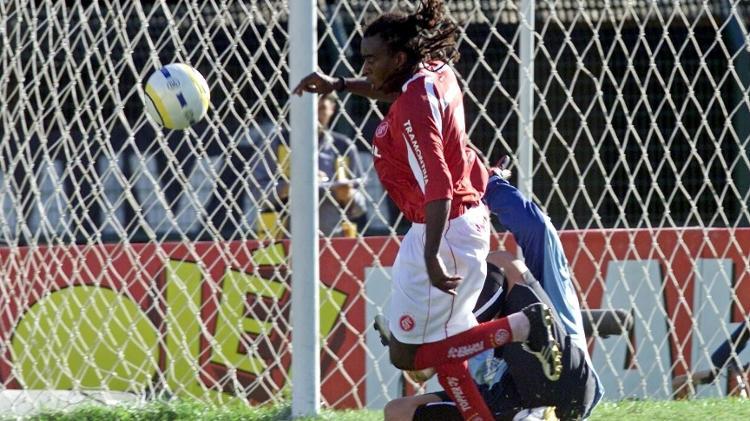 Tinga en oferta con Fábio Costa, en el Campeonato de Brasil 2005 - Keiny Andrade / Folha Imagem - Keiny Andrade / Folha Imagem