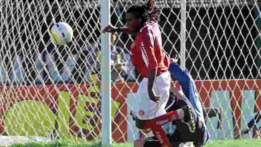 Tinga em lance com Fábio Costa, no Campeonato Brasileiro de 2005 -  Keiny Andrade/Folha Imagem
