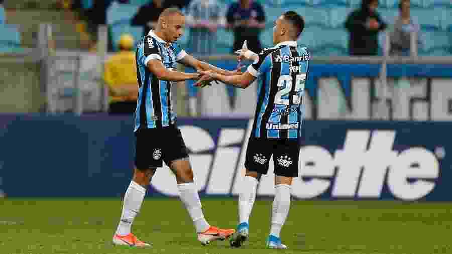 Thaciano comemora gol do Grêmio sobre o Athletico - Jeferson Guareze/AGIF