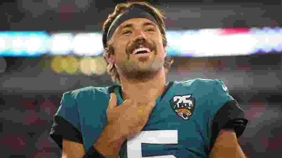 Gardner Minshew II sorri antes de jogo do Jacksonville Jaguars contra o Tennessee Titans - James Gilbert/Getty Images/AFP