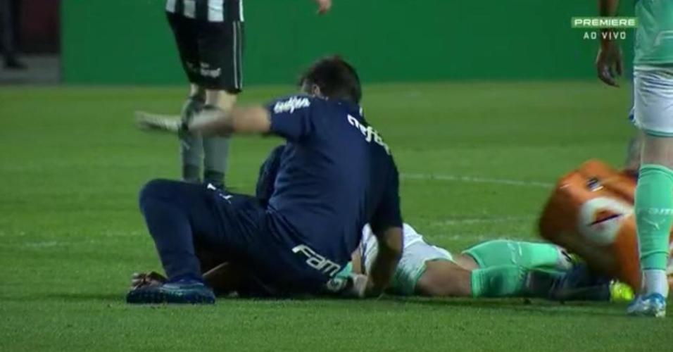 Médico do Palmeiras escorrega ao correr para atender o zagueiro Luan