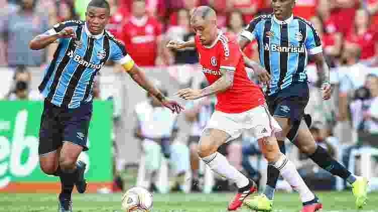 D'Alessandro, do Internacional, disputa lance com David Braz e Cortez, do Grêmio - Pedro H. Tesch/AGIF - Pedro H. Tesch/AGIF
