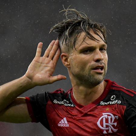 Diego explica golaço contra o Corinthians e critica Filipe Luís