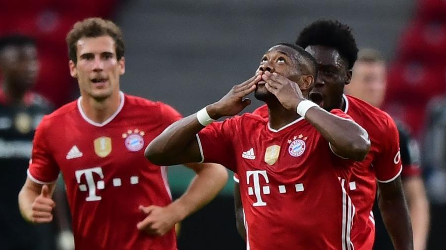 Alaba comemora gol do Bayern de Munique sobre o Leverkusen - Robert Michael / POOL / AFP