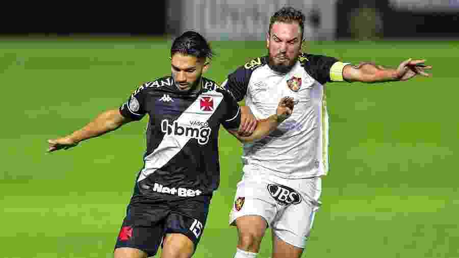 Andrey e Willian Farias disputam bola durante Vasco x Sport no primeiro turno do Campeonato Brasileiro - Thiago Ribeiro/AGIF