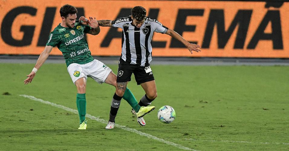 Bruno Nazário tenta passar pela marcação de Lucas Hernandez, durante a partida entre Botafogo e Cuiabá