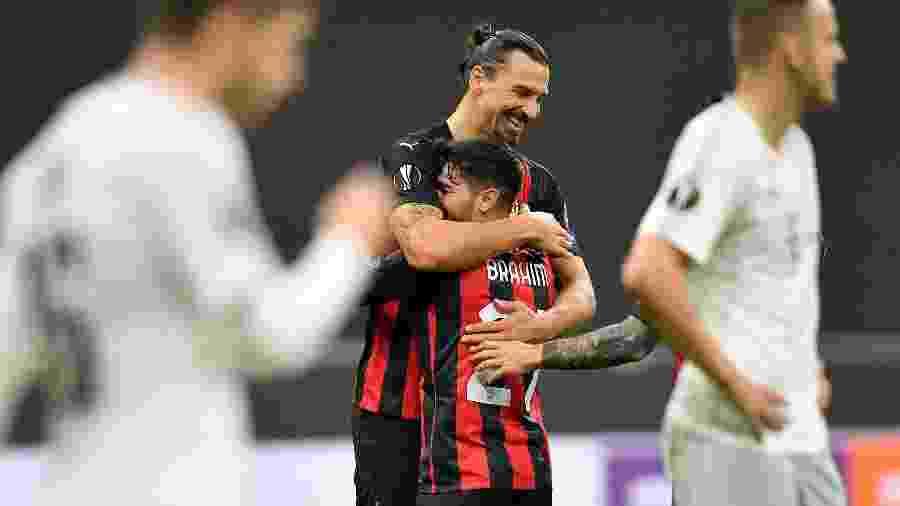 Brahim e Ibrahimovic se abraçam após um gol do Milan - DANIELE MASCOLO/REUTERS